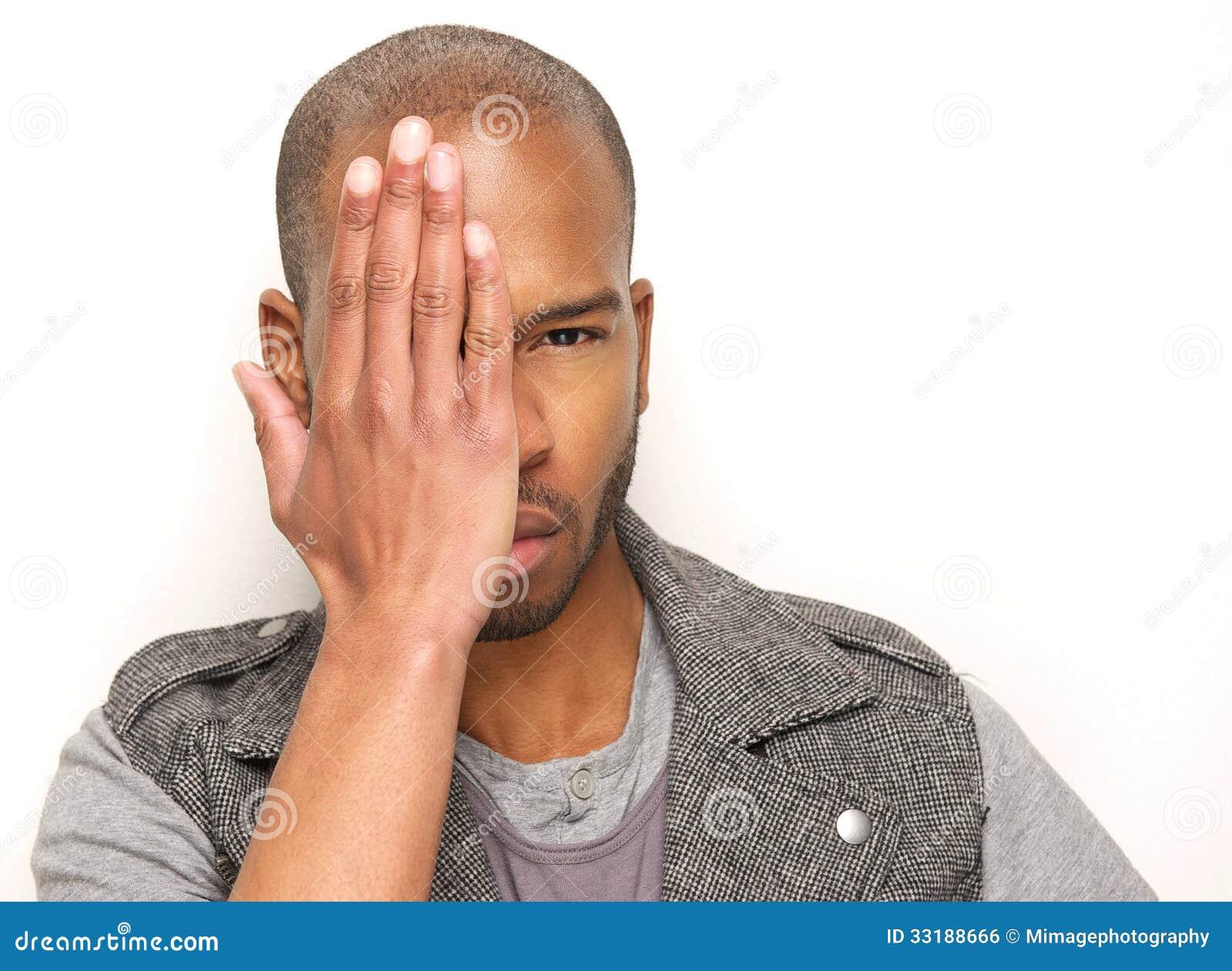 Modello di moda maschio con il fronte mezzo della copertura della mano