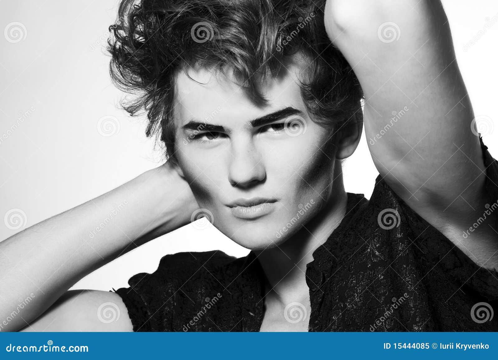 Modello di modo maschio con trucco alla moda