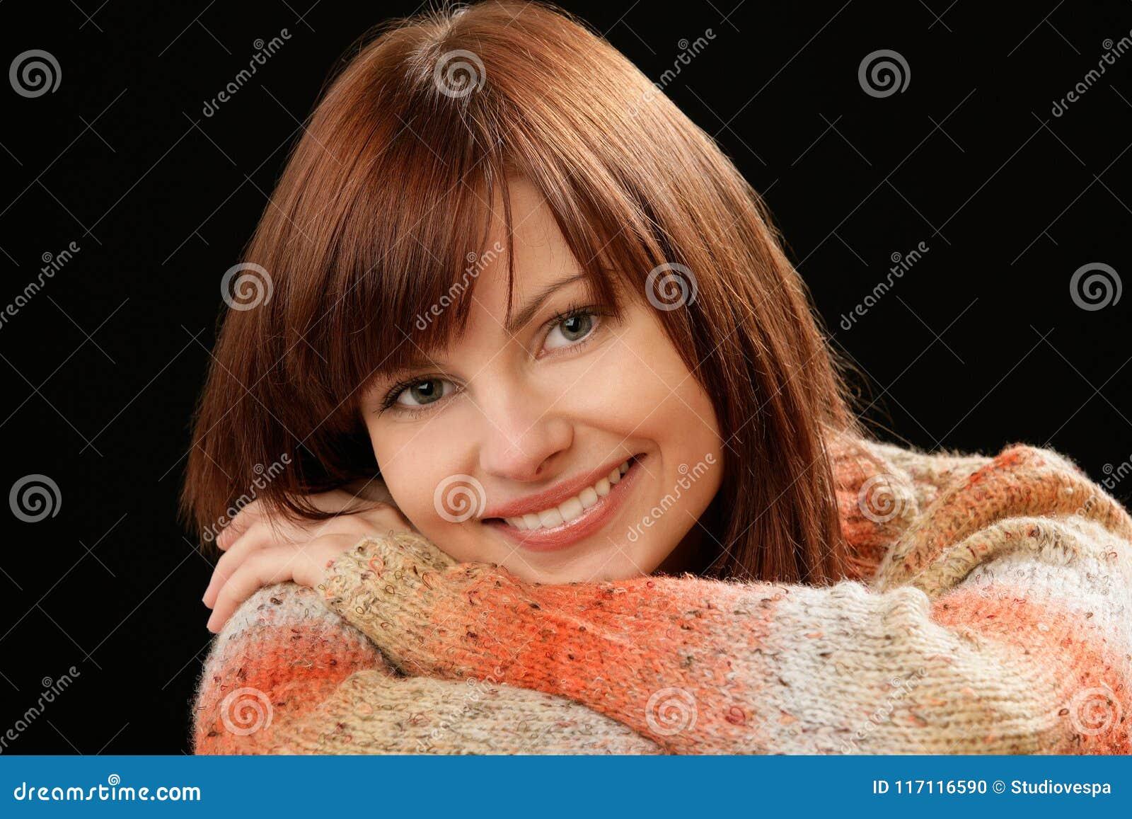 Modello femminile sorridente del bello Caucasian giovane con capelli rossi
