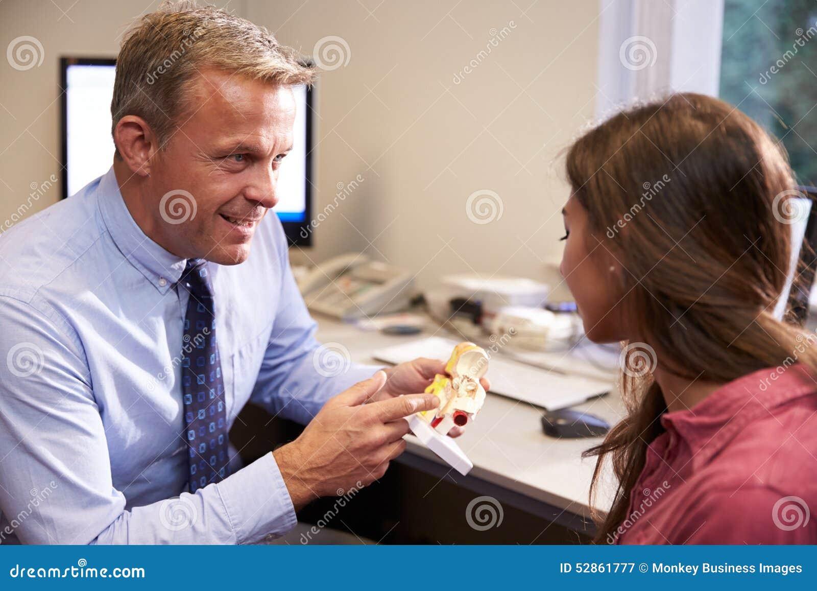 Modello Of Human Ear del dottore Showing Female Patient