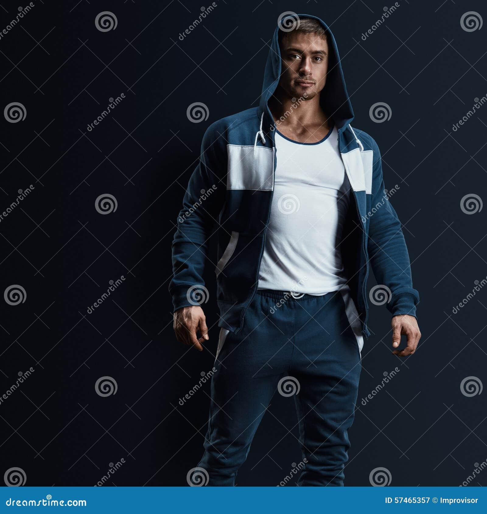 Modello maschio di forma fisica in maglietta felpata