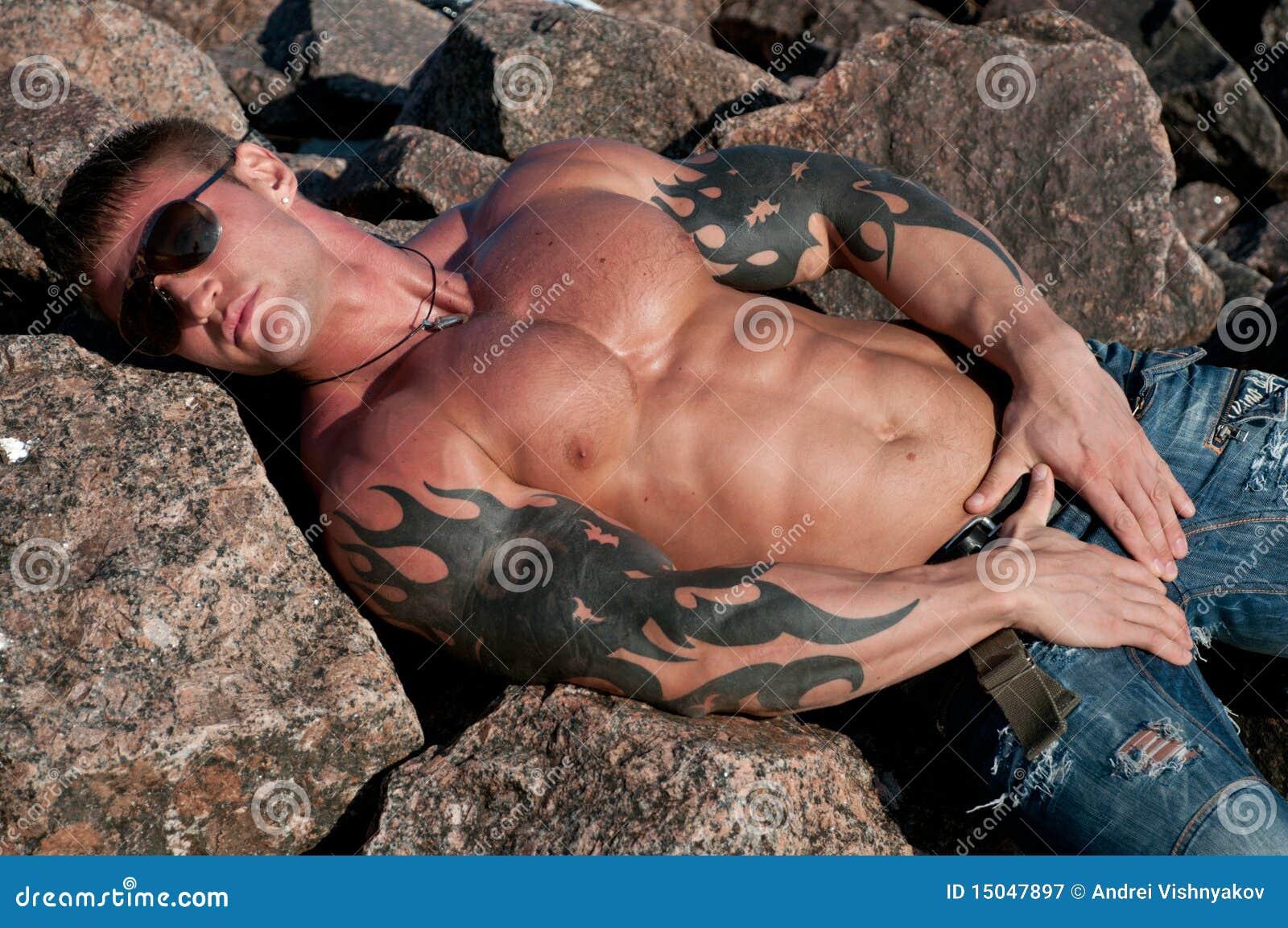 Modello maschio sulle rocce