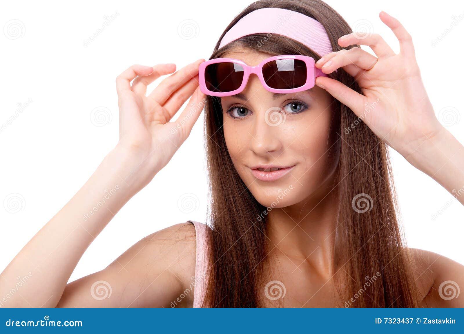 Modello in occhiali da sole dentellare