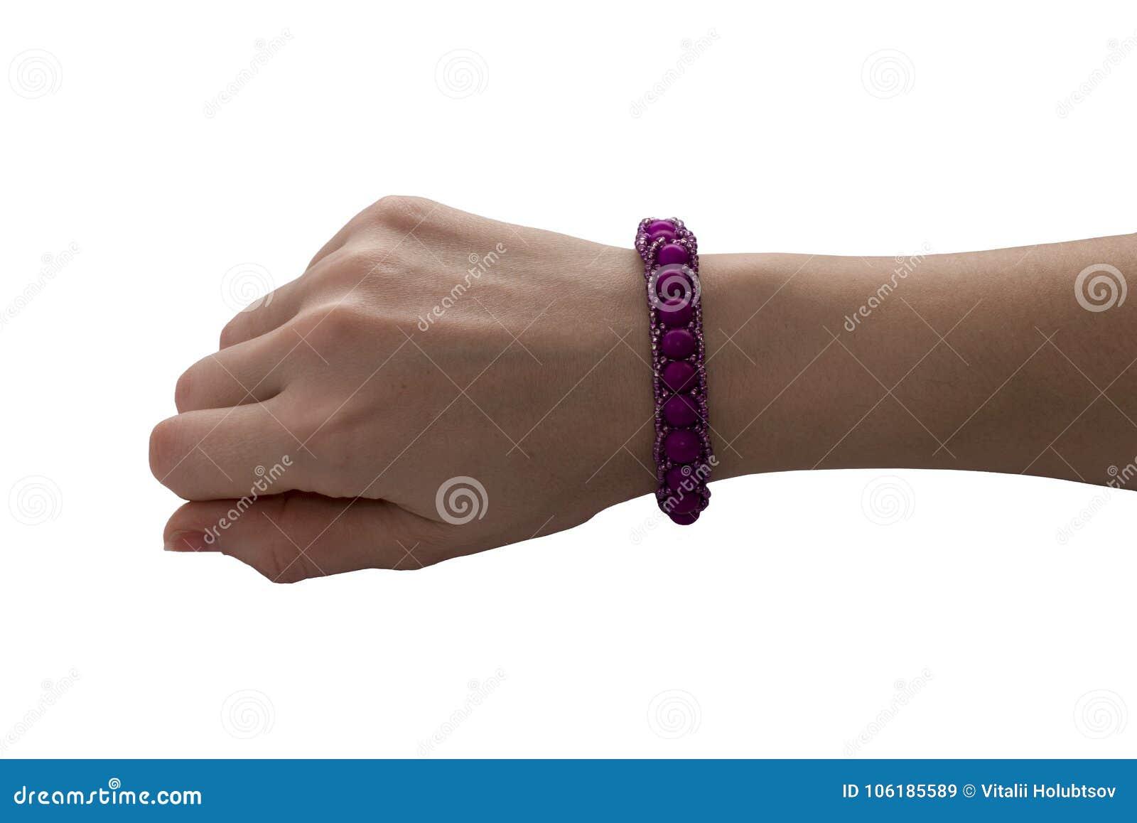 Modello rosa del braccialetto su una mano del ` s dell uomo Disposizione vuota della progettazione delle insegne del polso Bracci