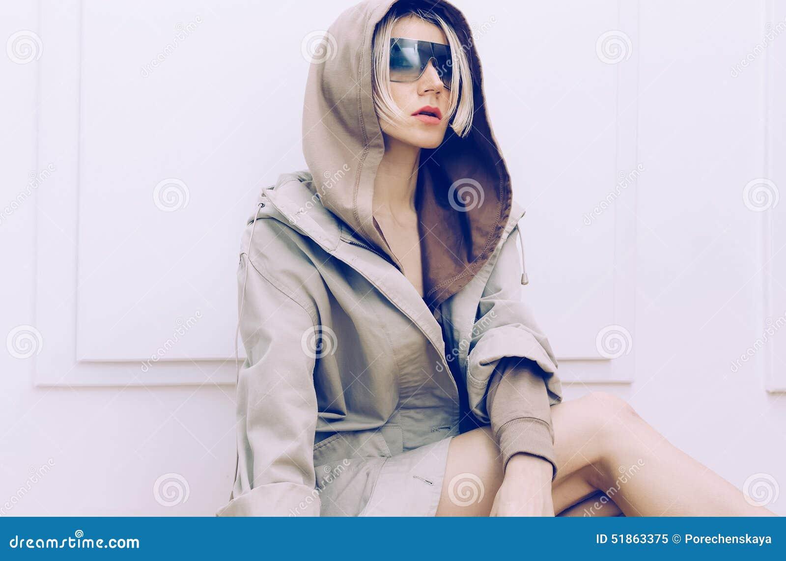 Modello sensuale in cappotto d avanguardia del denim