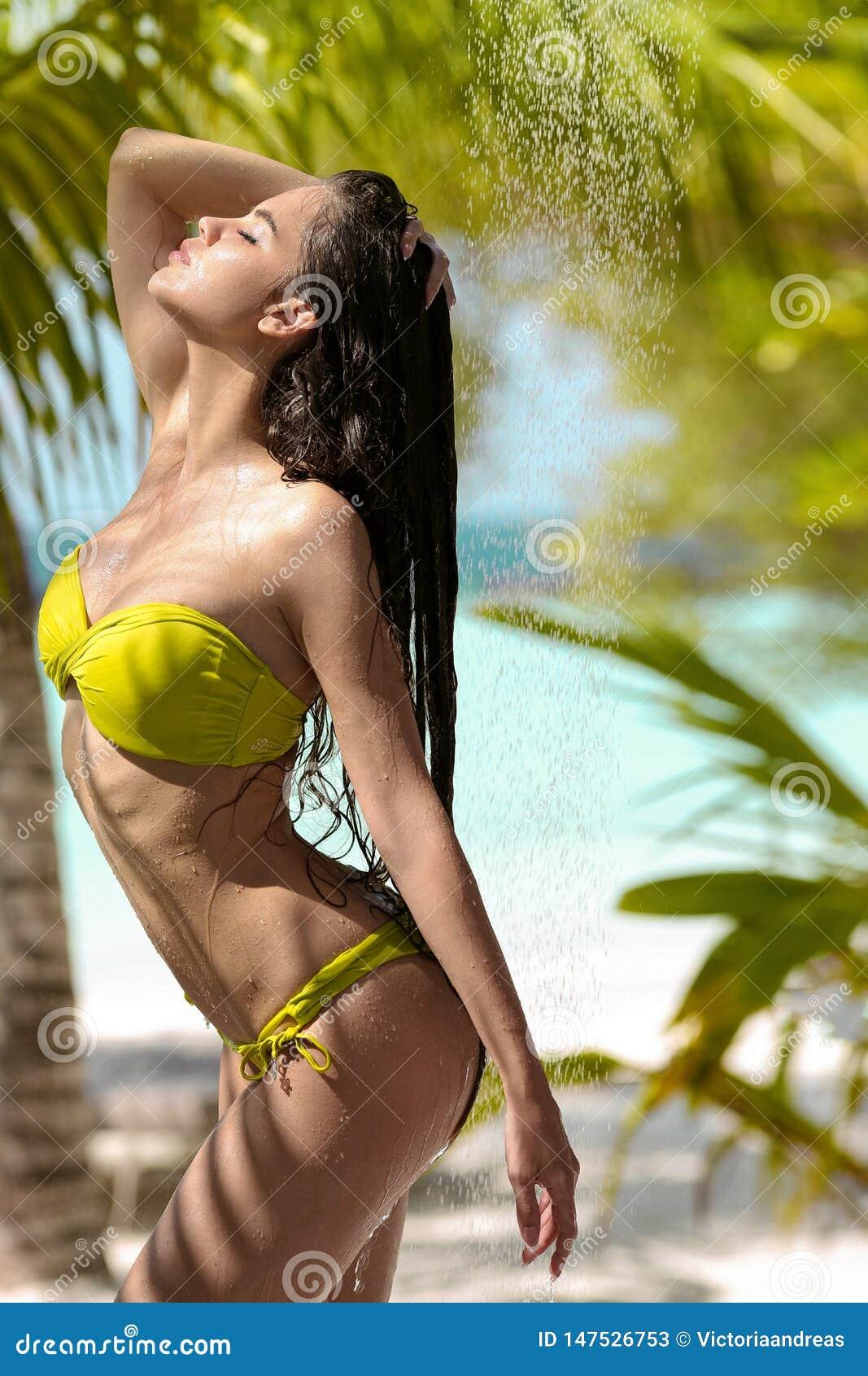 Modello Sexy Bagnato Spensierato Del Bikini Che Gode Della ...