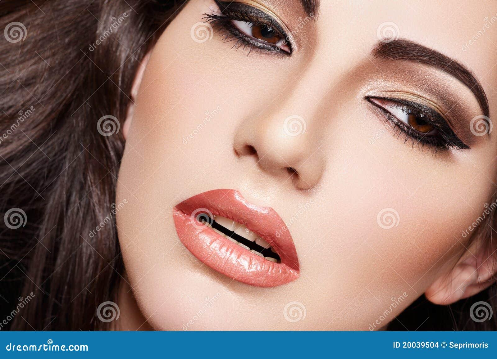 Eruzione di posti sulla faccia su zone
