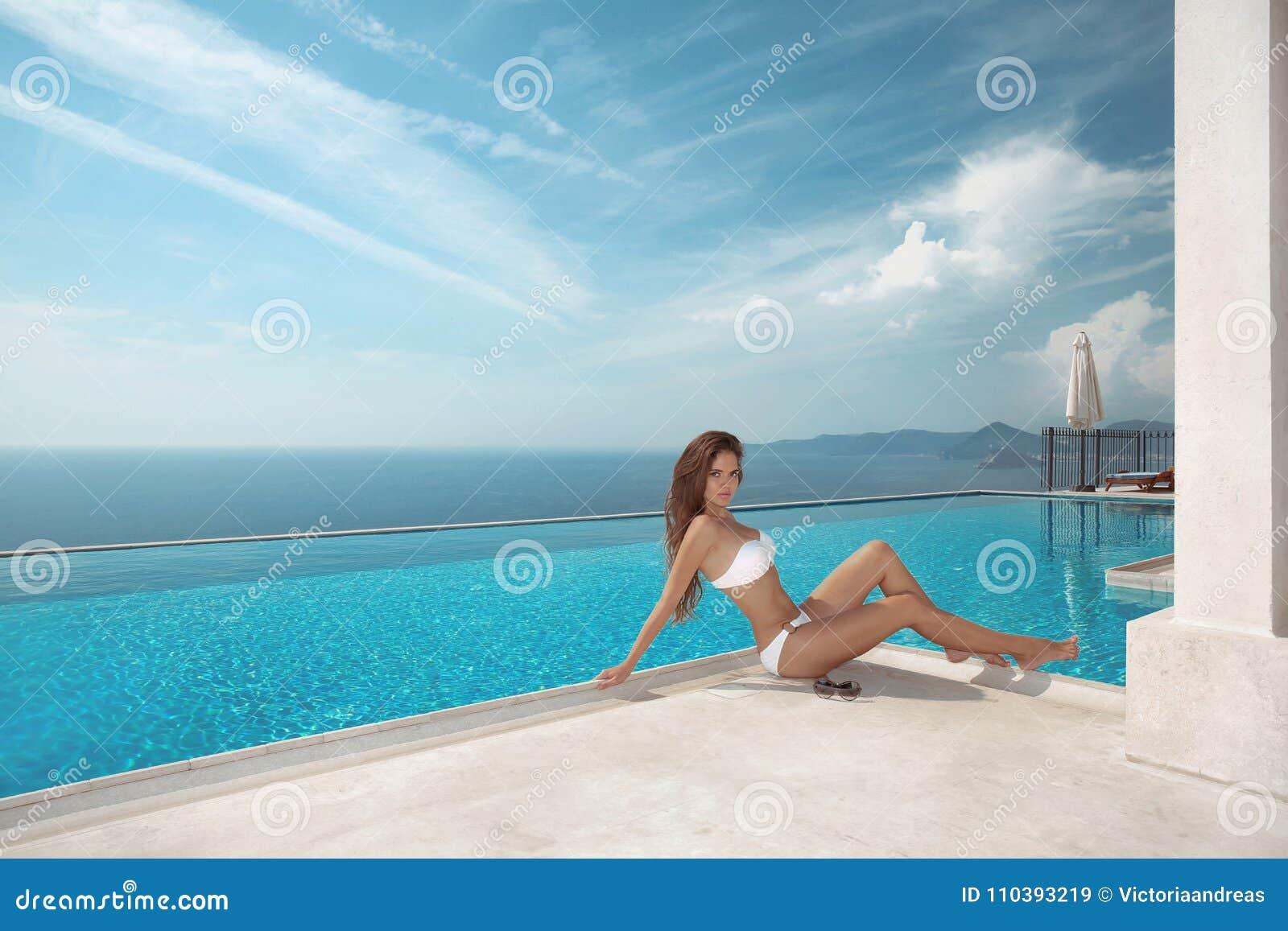Modello sexy nello swimwear bianco del bikini Vacanza di lusso di viaggio Bru