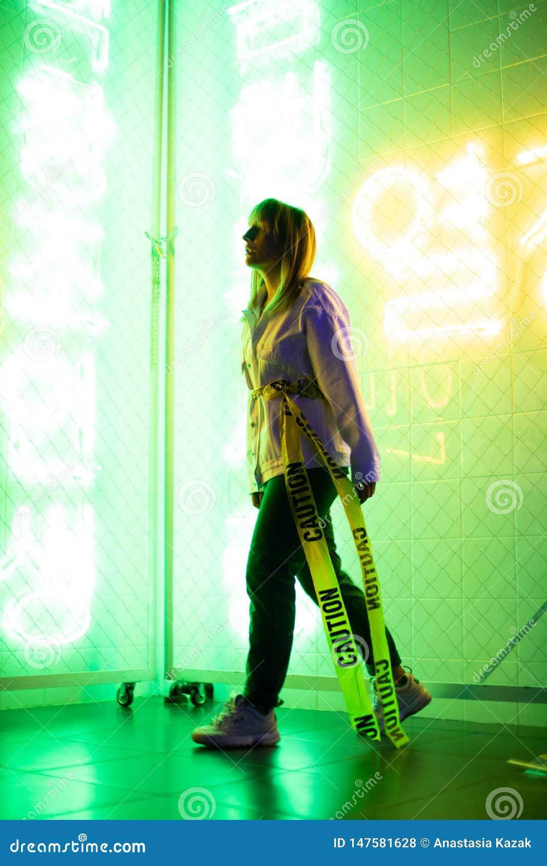 Modello in studio al neon, luce fosforescente
