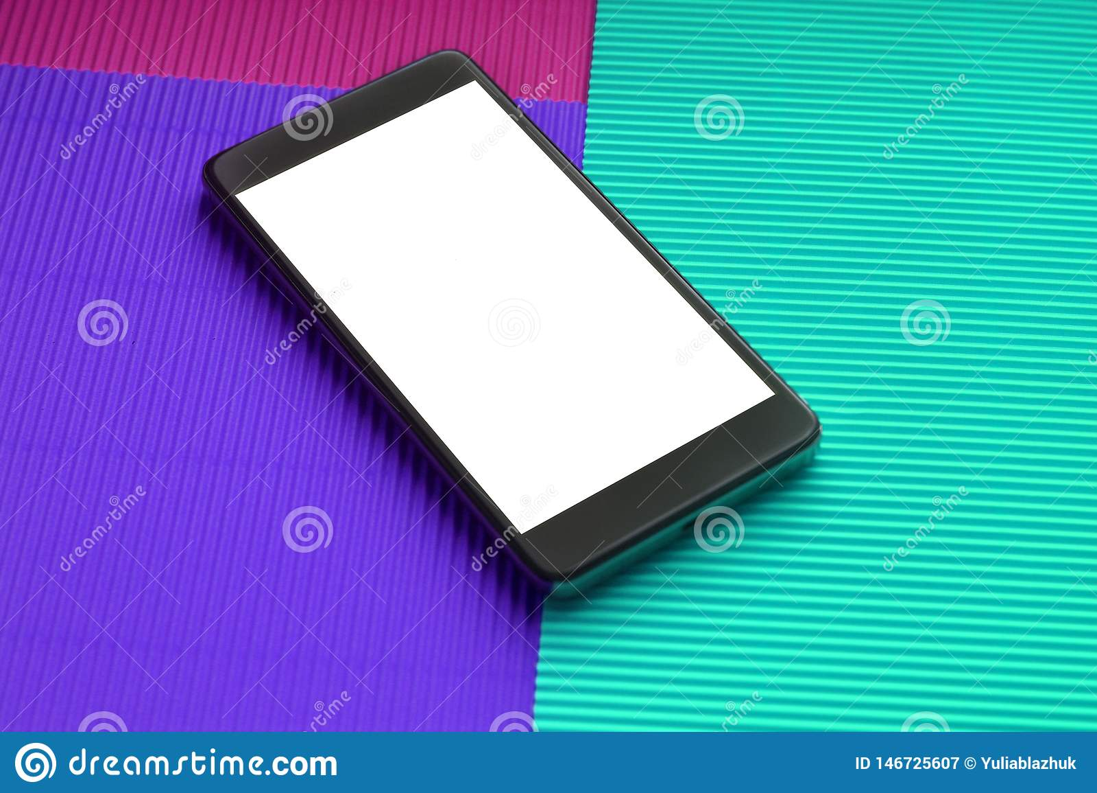 Modellsmartphone f?r b?sta sikt mot moderiktig flerf?rgad bakgrund