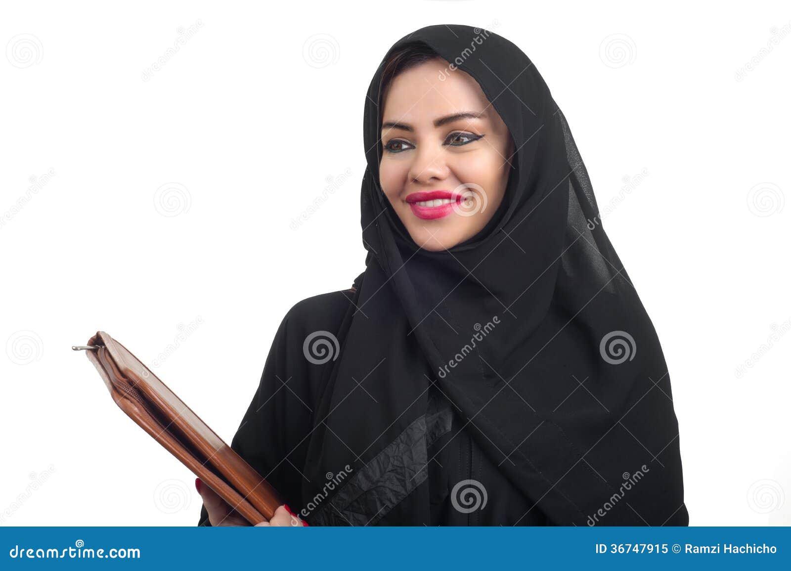 Modelo árabe bonito no hijab que mantém um dobrador isolado no whit