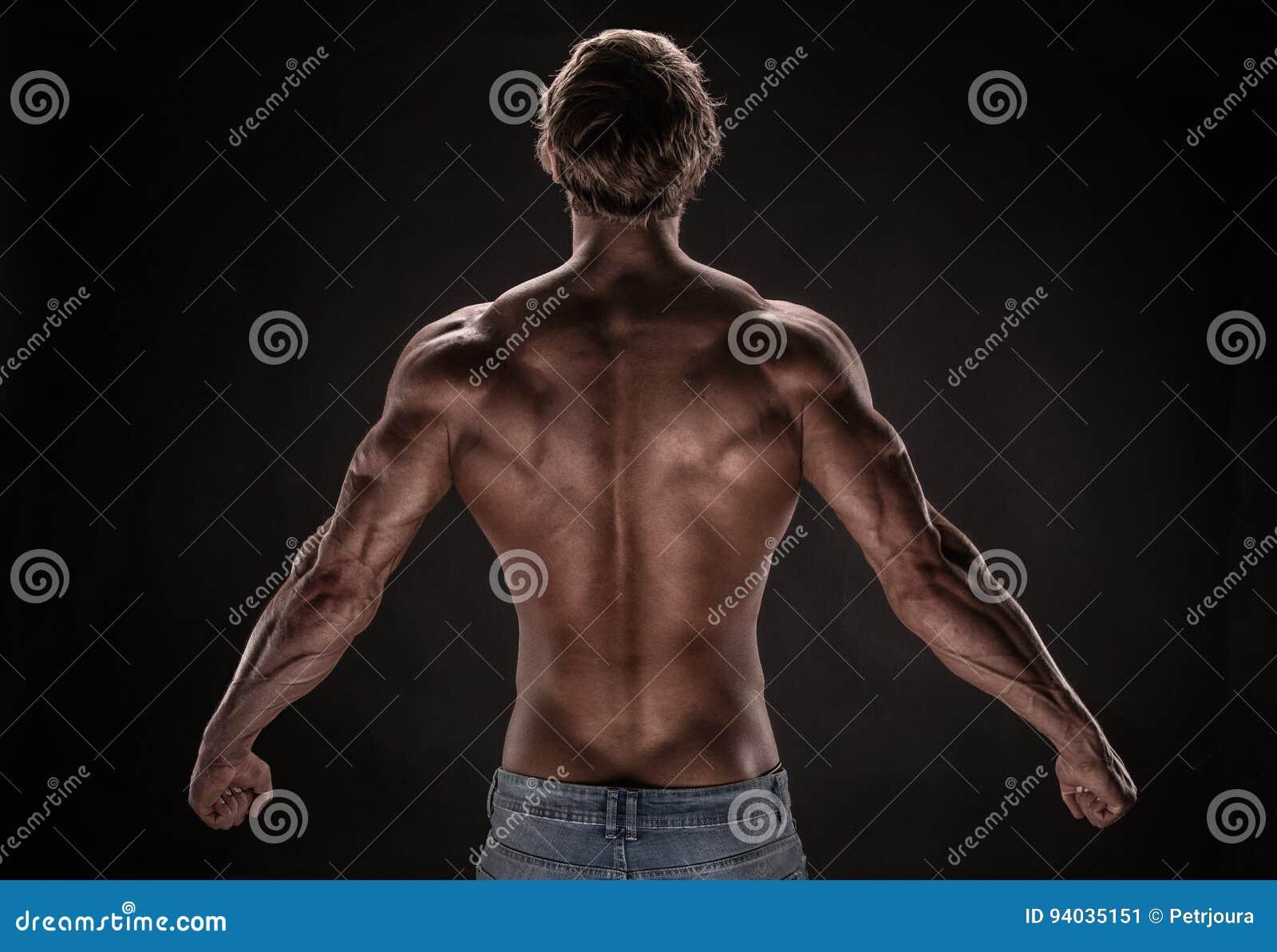 Modelo atlético fuerte de la aptitud del hombre