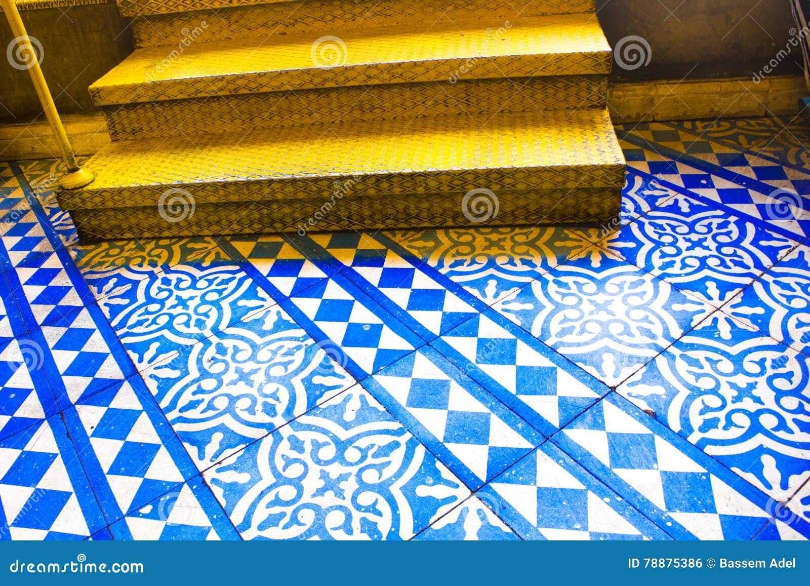 Modelo azul y blanco oriental