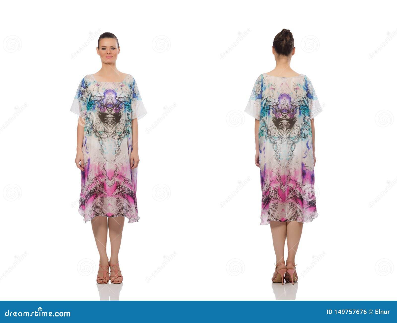 Modelo bonito en el vestido elegante largo aislado en blanco