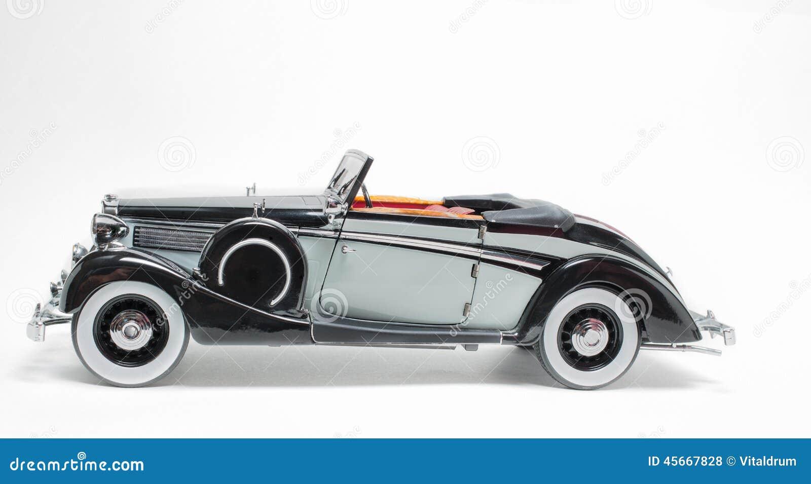 Modelo clásico retro del coche del vintage negro y gris del color aislado en el fondo gris blanco