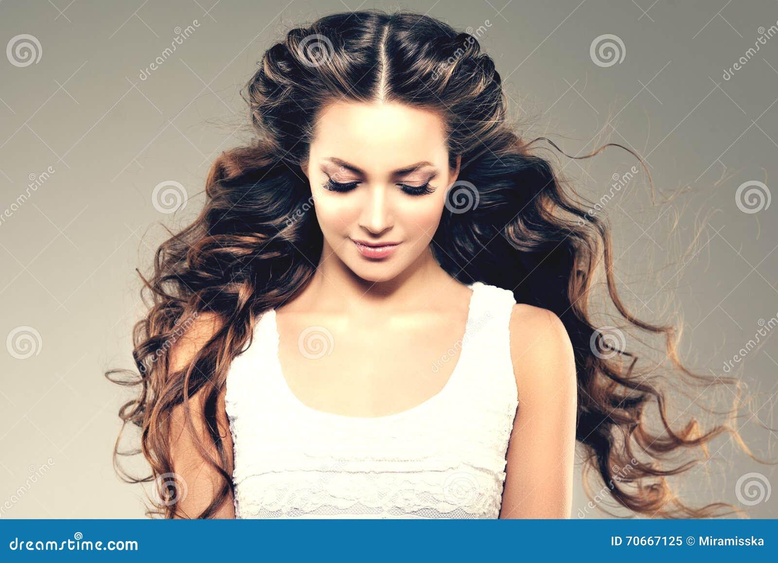 Modelo com cabelo longo Penteado das ondas das ondas Mulher da beleza com cabelo preto liso saudável e brilhante longo Updo f