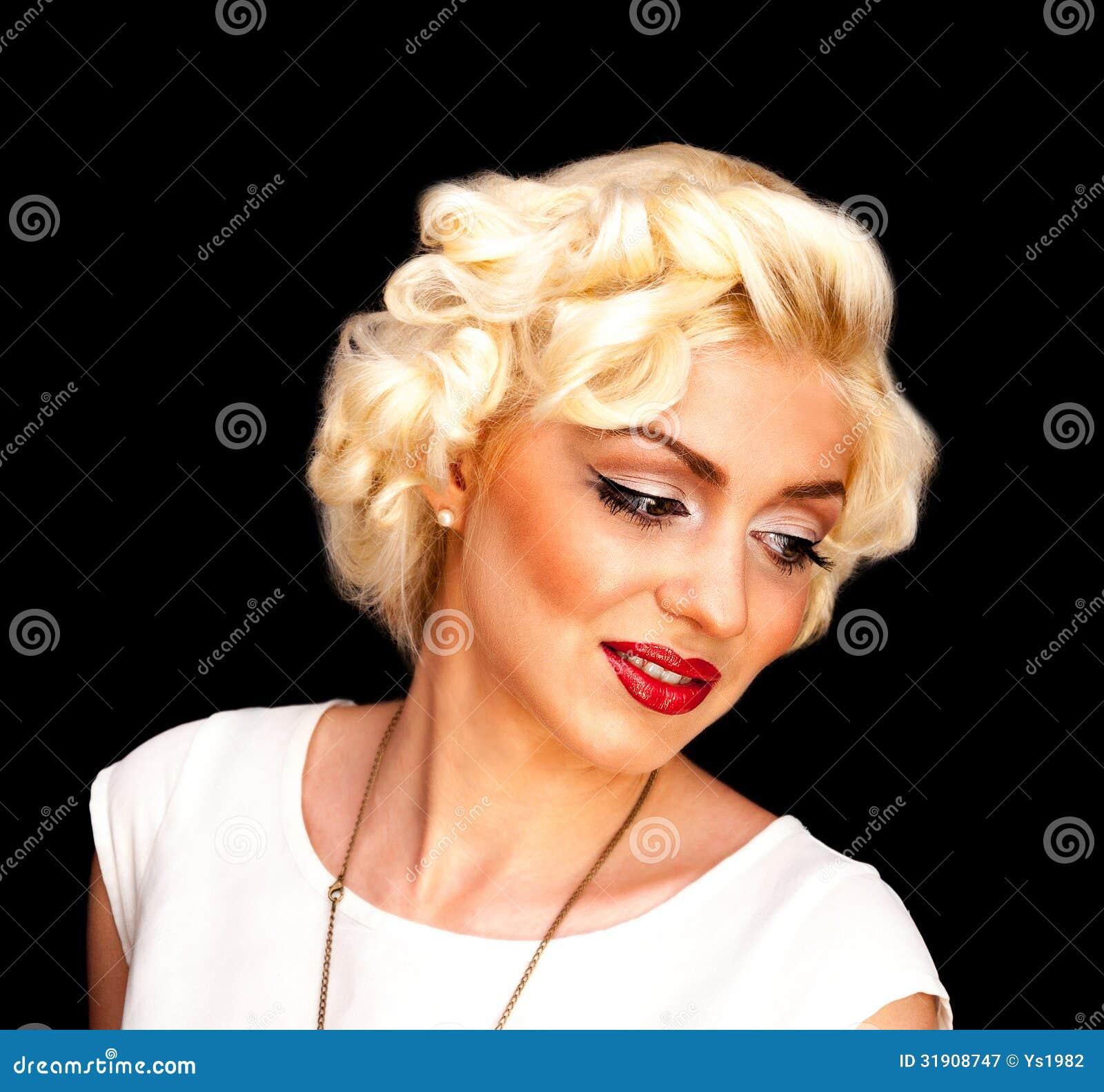 Modelo consideravelmente louro da menina como Marilyn Monroe no vestido branco com bordos vermelhos