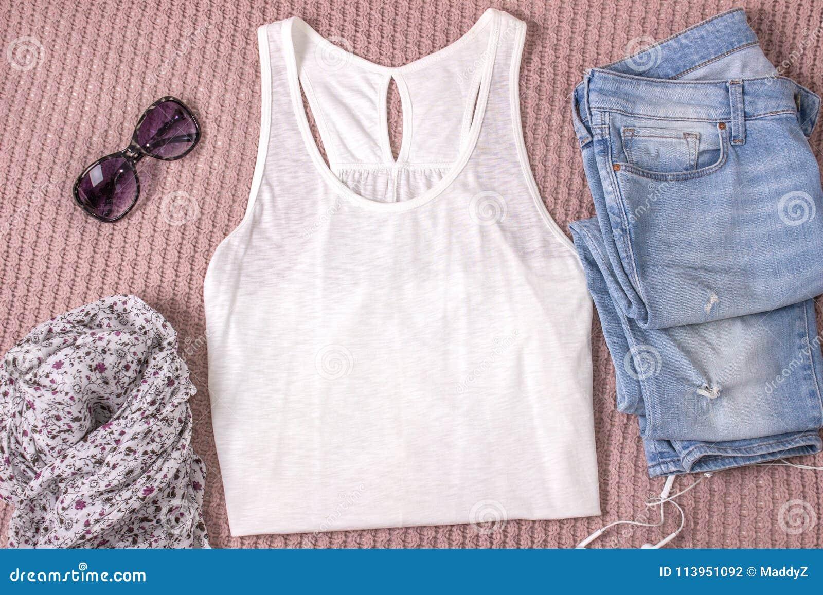 Modelo da camisa branca do tanque com calças de ganga, vidros e lenço Equipamento do verão, configuração lisa