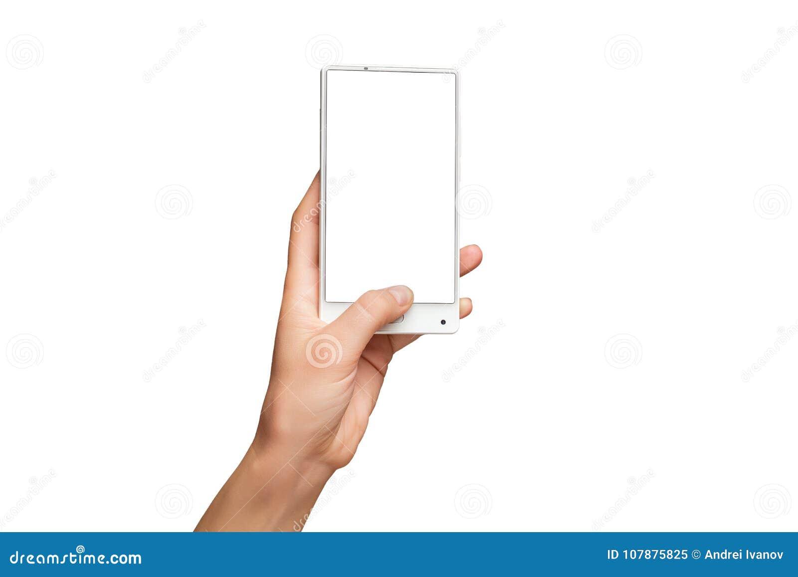 Modelo da mão fêmea que guarda o telefone celular branco moderno com tela vazia