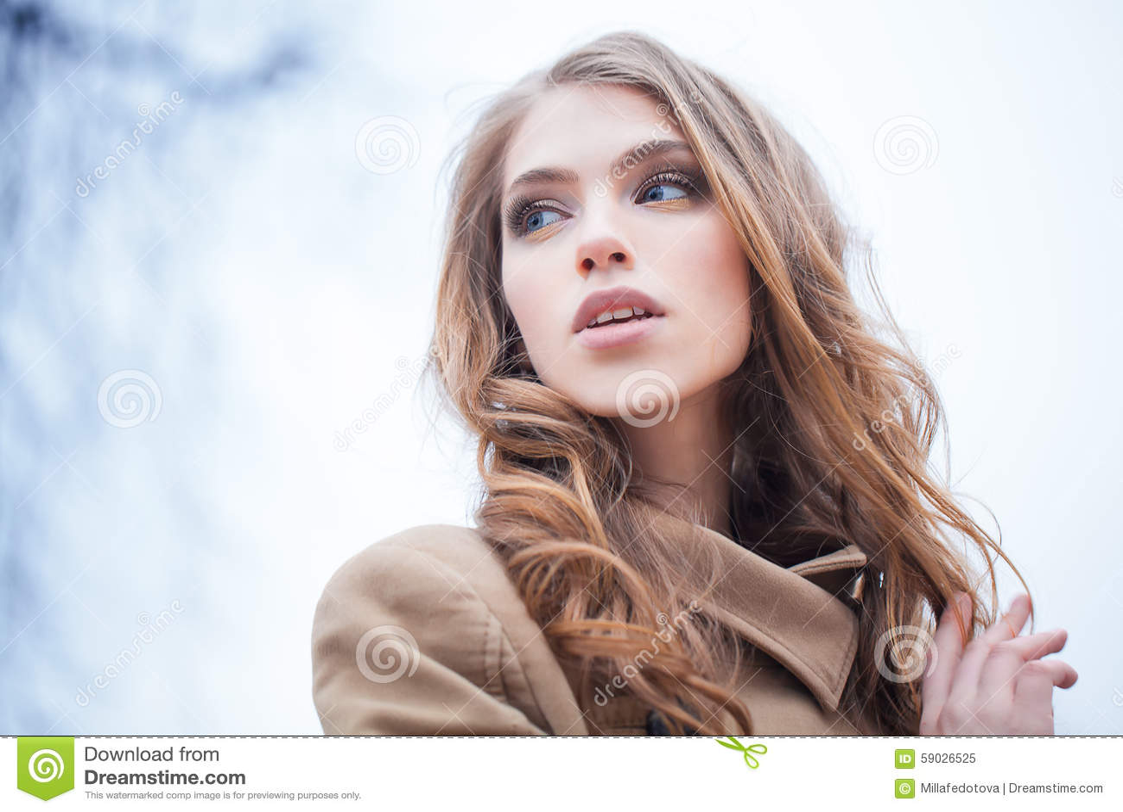 Modelo de forma bonito Outdoors da menina outono