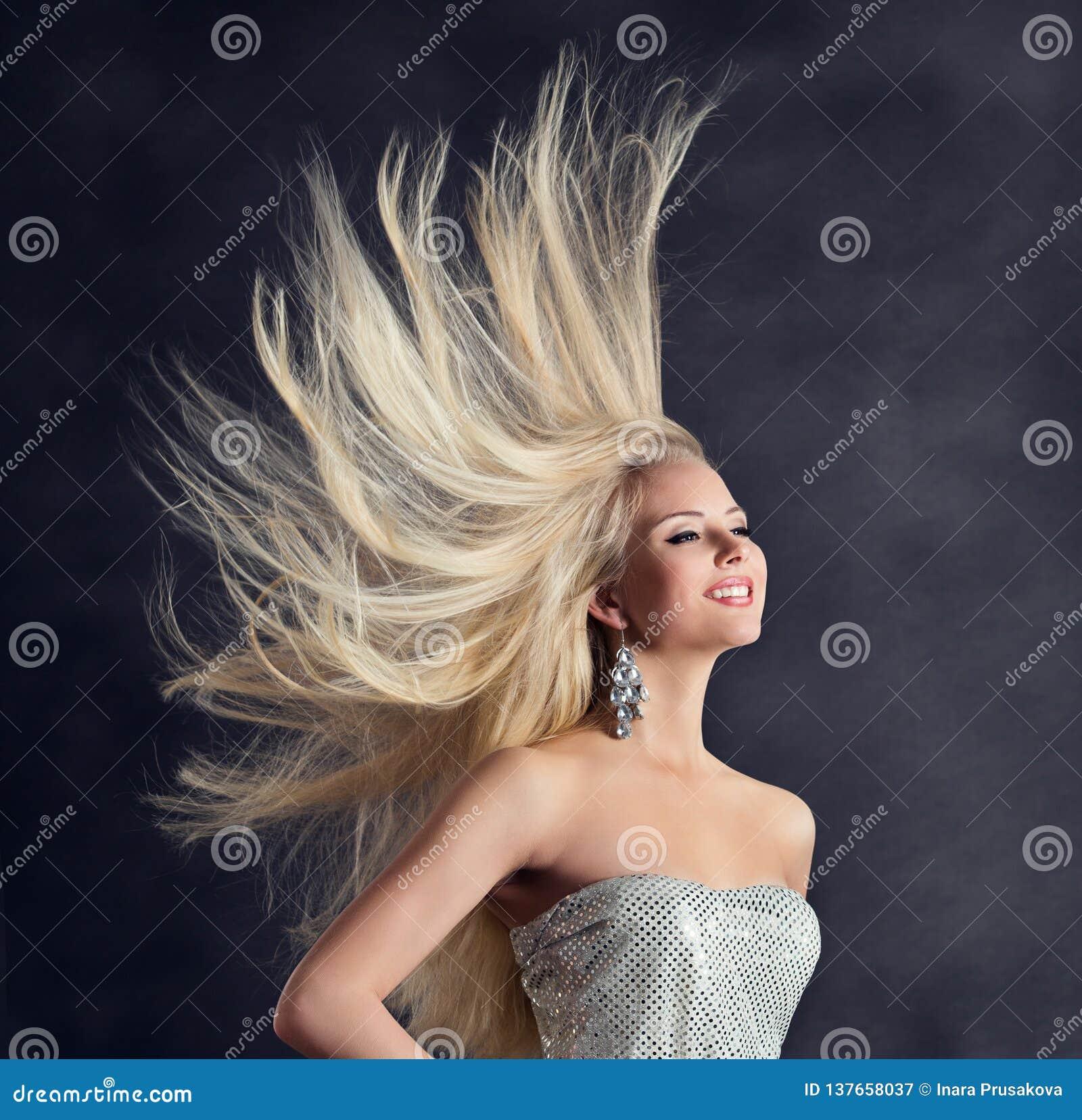 Modelo de forma Long Hair, jovem mulher feliz com penteado do voo, cuidados capilares da menina