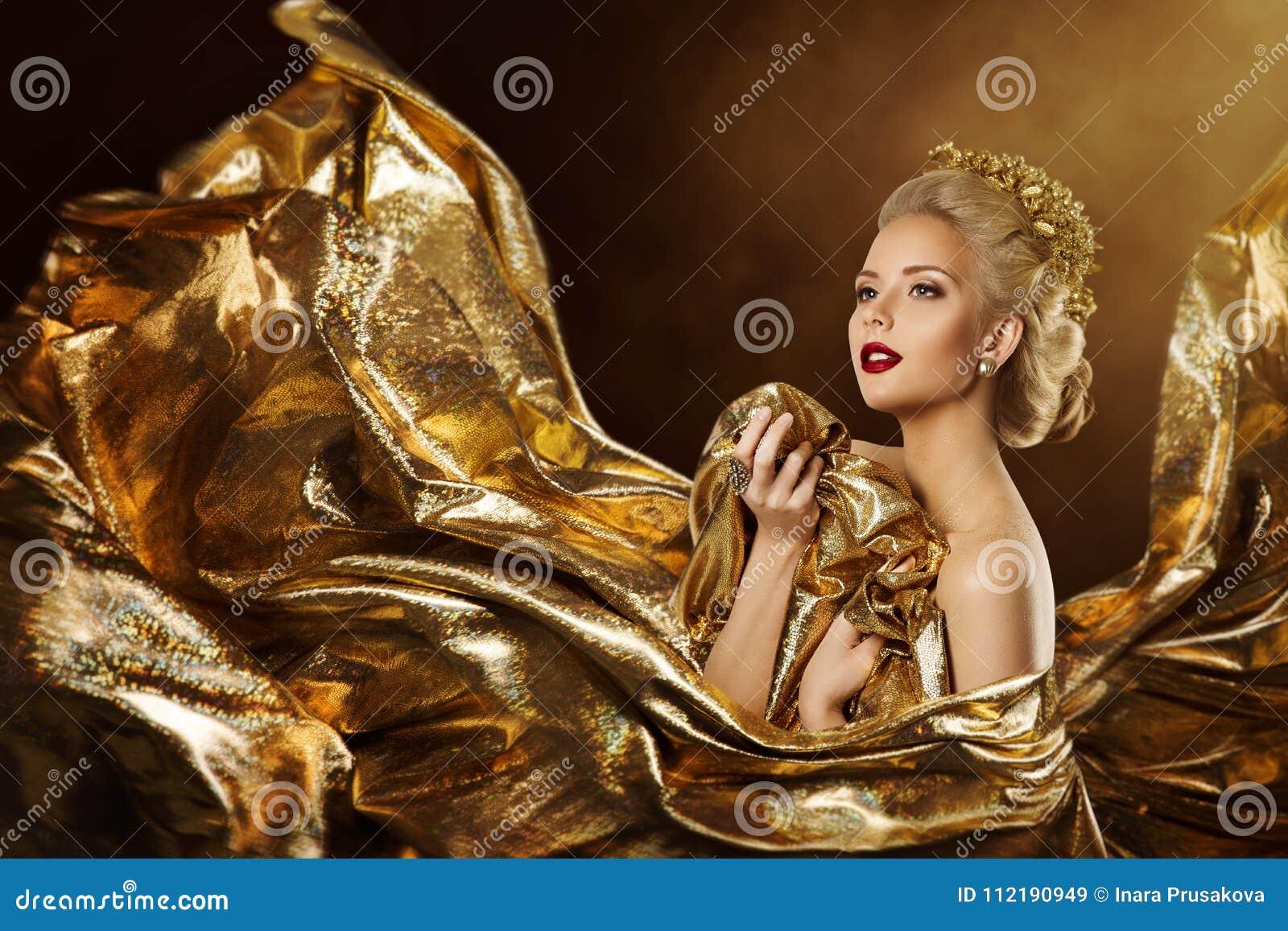 Modelo de forma no vestido do ouro do voo, retrato dourado da beleza da mulher