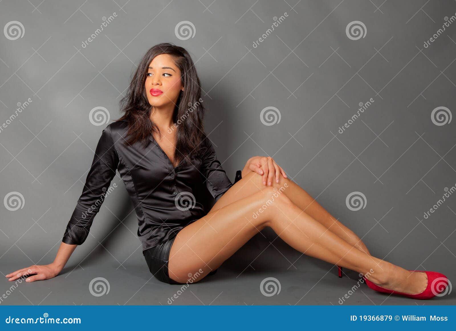 Modelo de forma novo bonito com pés desencapados longos