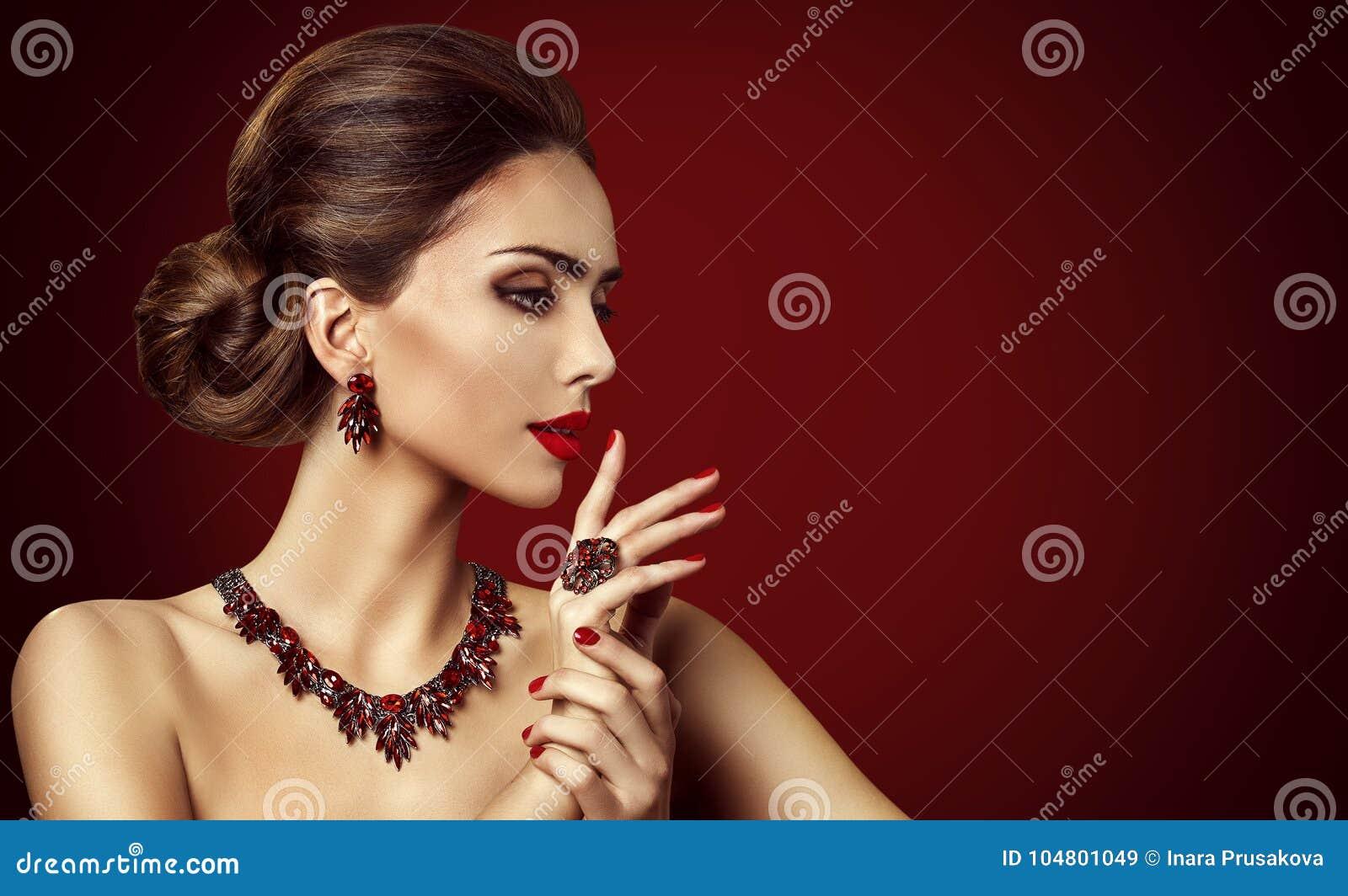 Modelo de forma Red Stone Jewelry, composição retro da mulher e anel vermelho