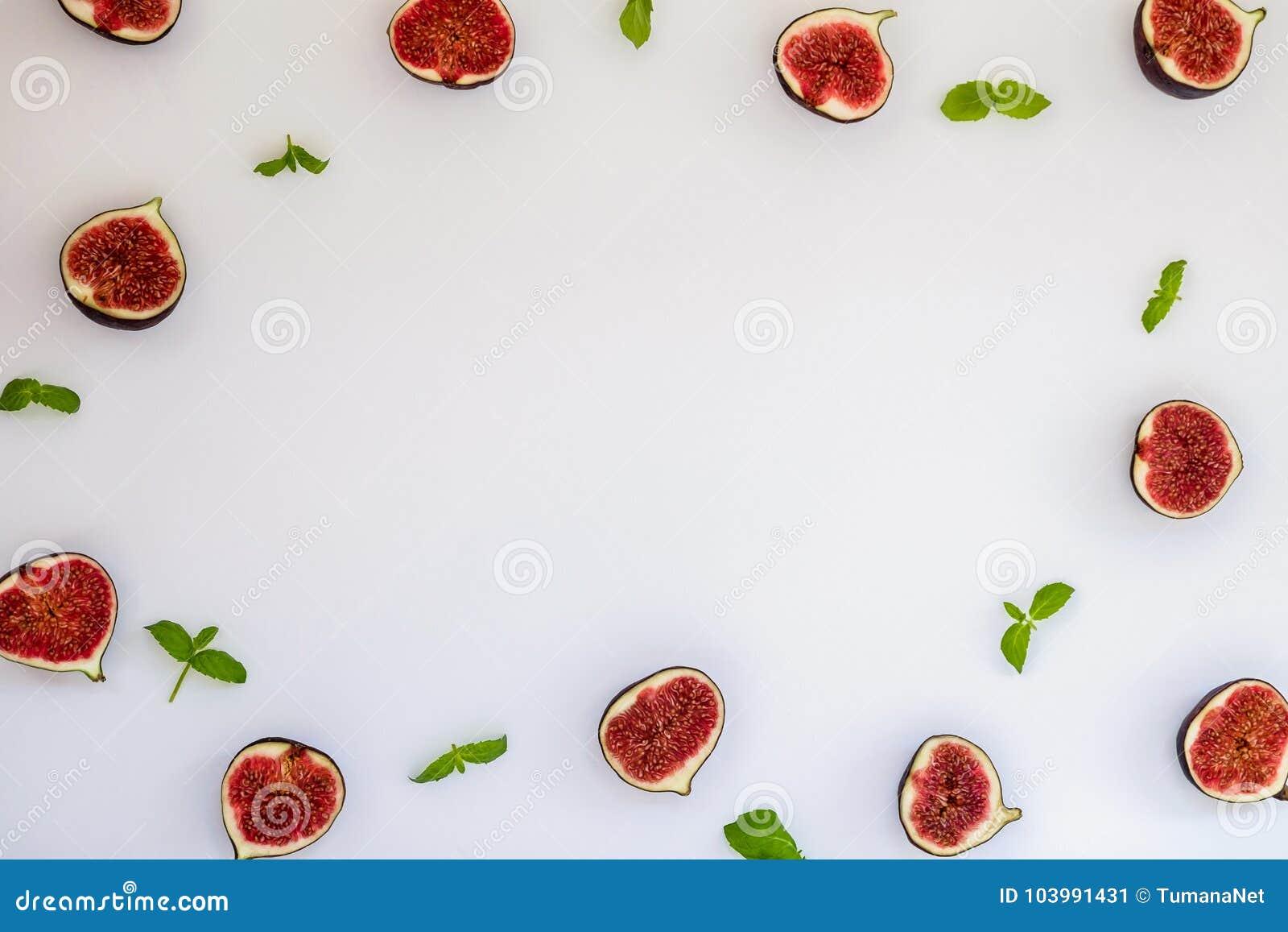 Modelo de higos maduros cortados con las hojas de menta aisladas en el fondo blanco Ejemplo de la fruta Foto de la comida Endecha