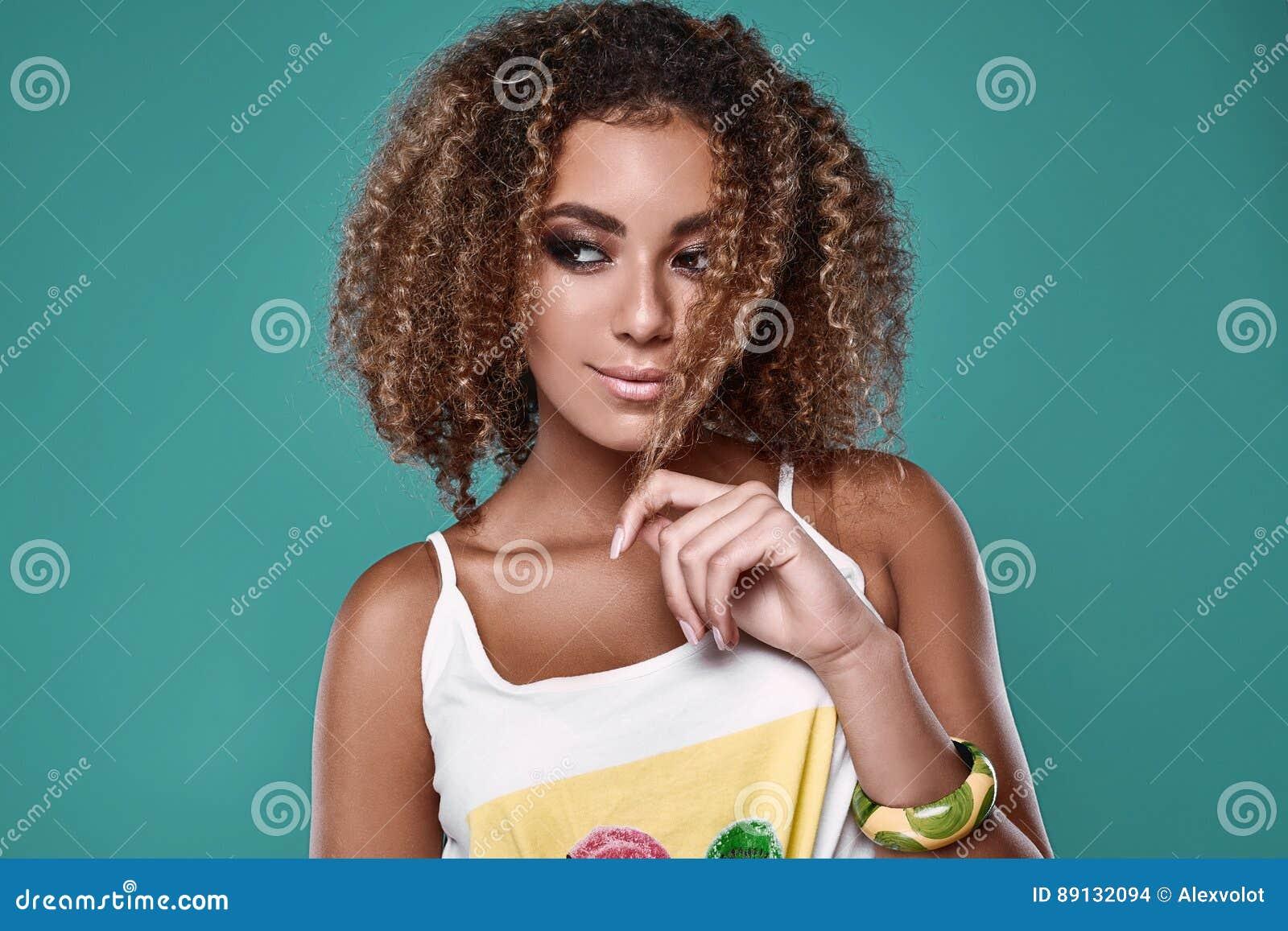 Modelo de la mujer del inconformista del negro del swag del encanto con el pelo rizado
