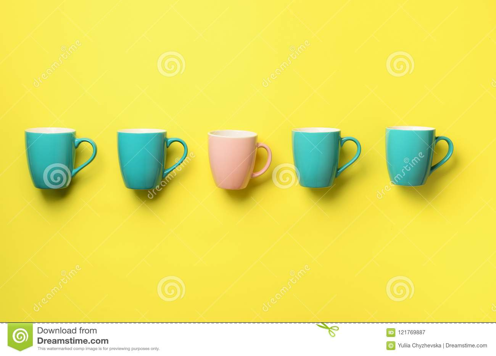 Modelo de las tazas azules y rosadas sobre fondo amarillo Celebración de la fiesta de cumpleaños, concepto de la fiesta de bienve