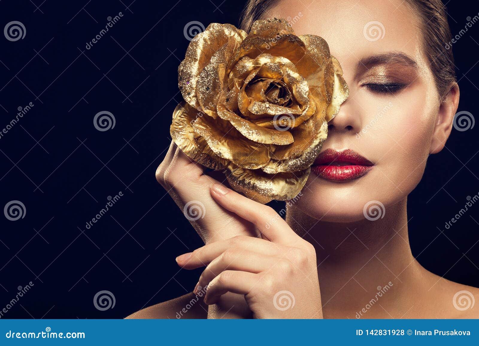Modelo de moda Beauty Portrait con el oro Rose Flower, maquillaje de lujo de la mujer de oro Rose Jewelry