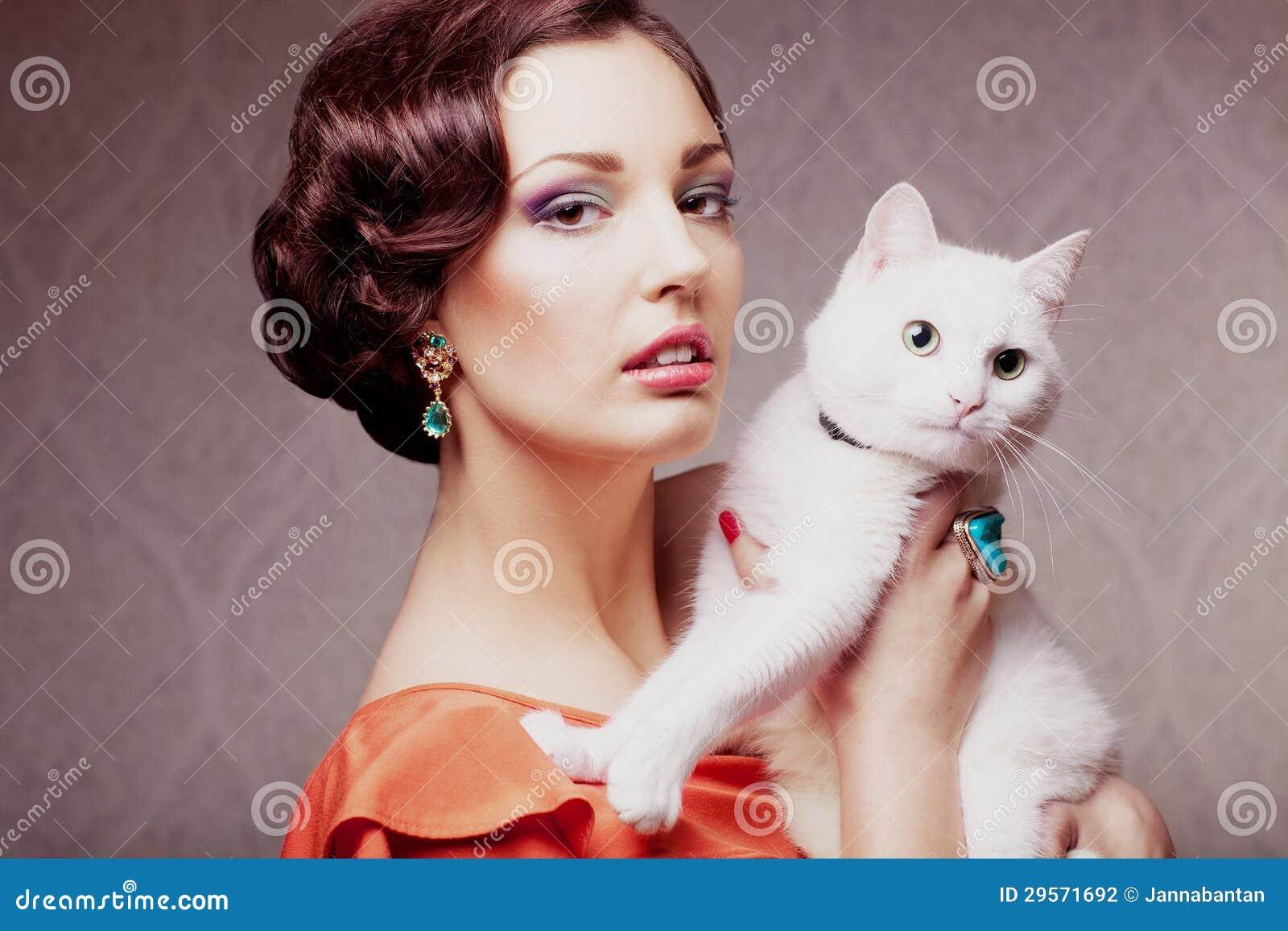 Modelo de moda con el gato