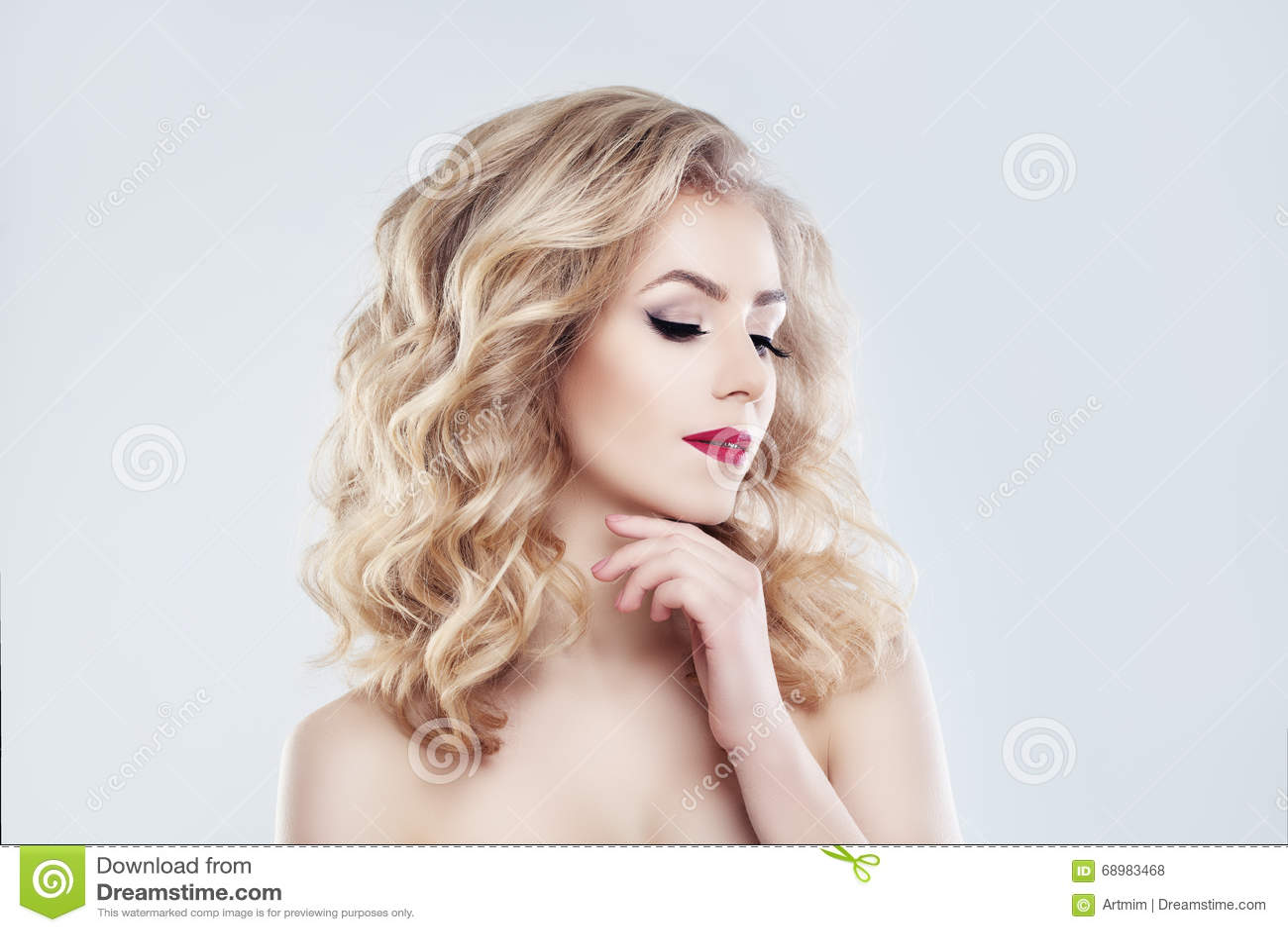 Modelo de moda de la mujer del balneario Piel sana