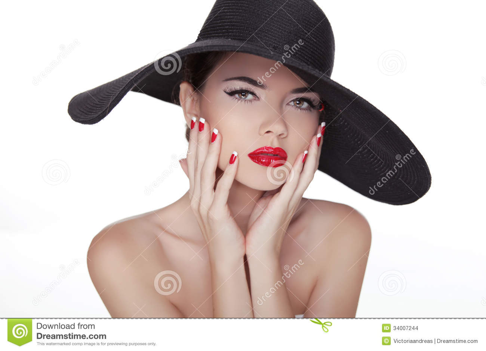 Modelo de moda del estilo de Vogue de la belleza Girl en sombrero negro. Na Manicured