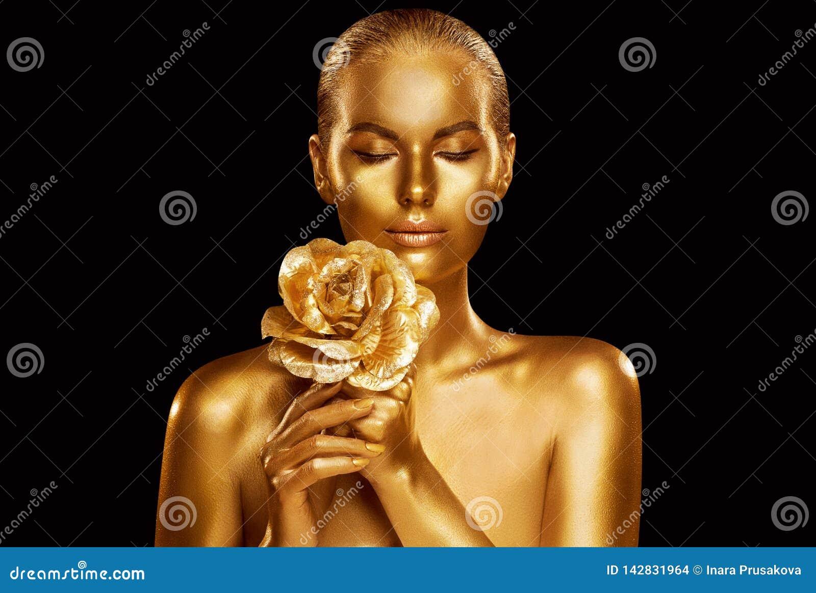 Modelo de moda del oro Beauty Portrait con Rose Flower, mujer de oro Art Luxury Makeup