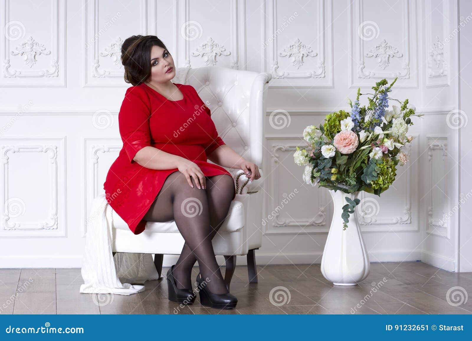 Modelo De Moda Del Tamaño Extra Grande En El Vestido De Noche Rojo ...