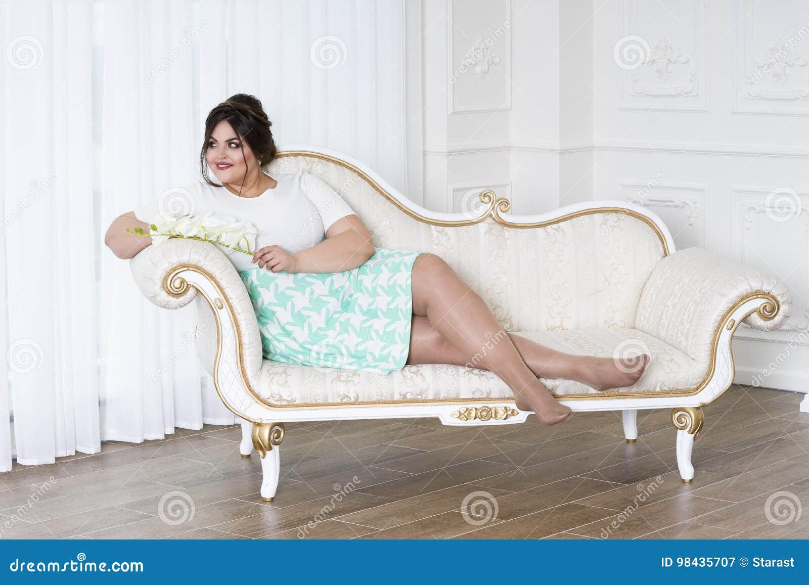 Modelo De Moda Del Tamaño Extra Grande, Mujer Gorda En Interior De ...