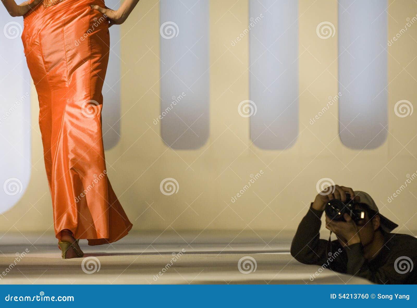 Modelo de moda en una prolongación del andén