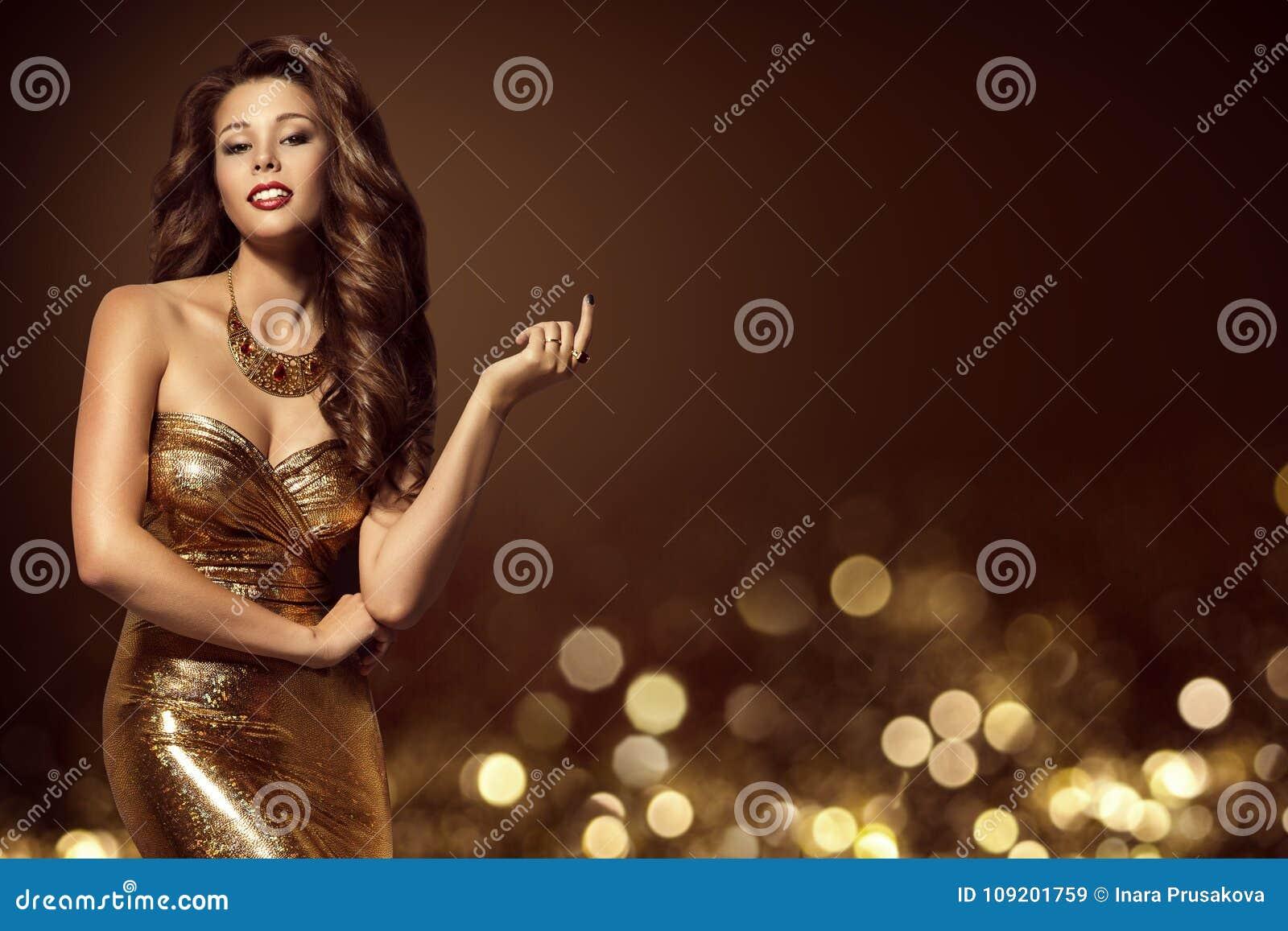 Modelo de moda Gold Dress, mujer joven elegante en vestido de oro