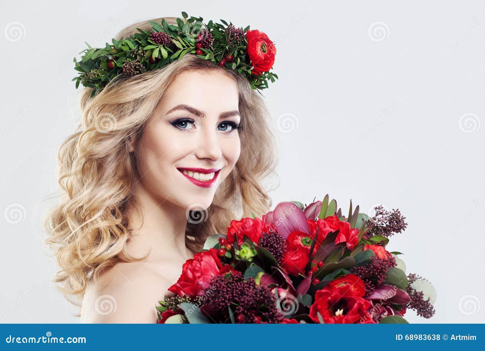 Modelo de moda hermoso de la mujer con las flores