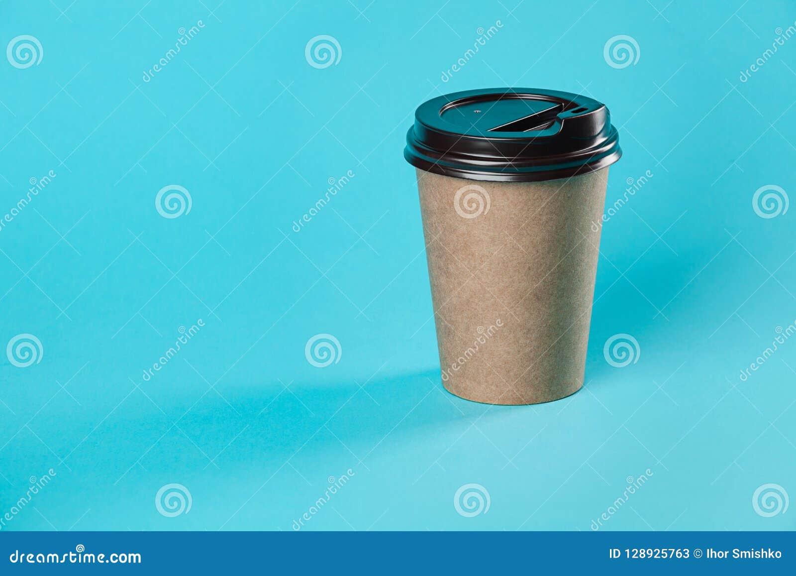 Modelo de papel afastado do copo de café isolado no fundo azul