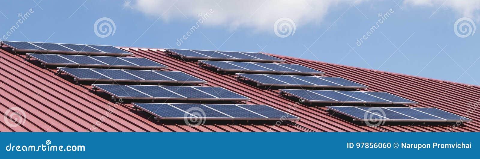 Modelo del panel solar en la teja de tejado roja