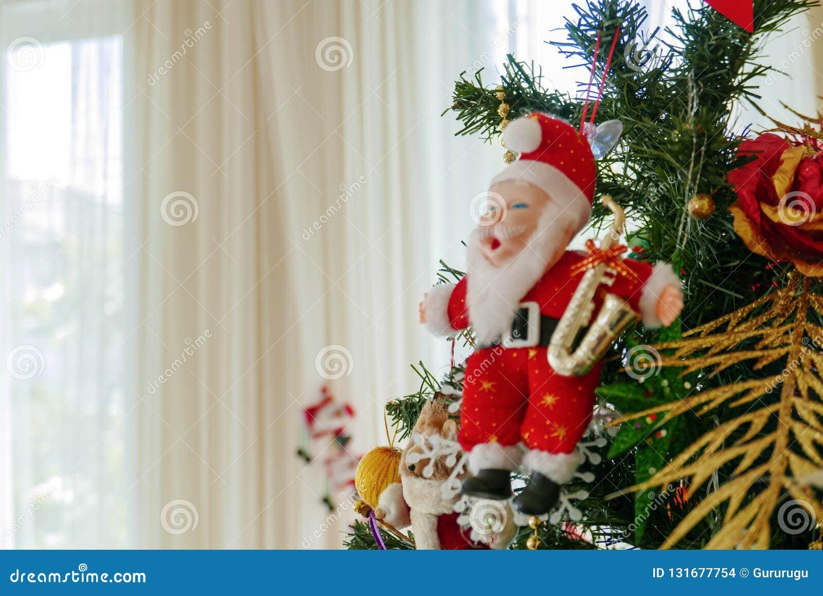 Modelo diminuto de Santa Claus na janela próxima da árvore de Natal com o copyspace para a família, dando, estação, Natal, feriad