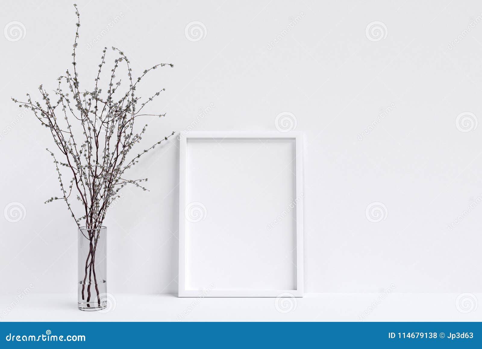 Modelo do cartaz com quadro e branco brancos Blackground