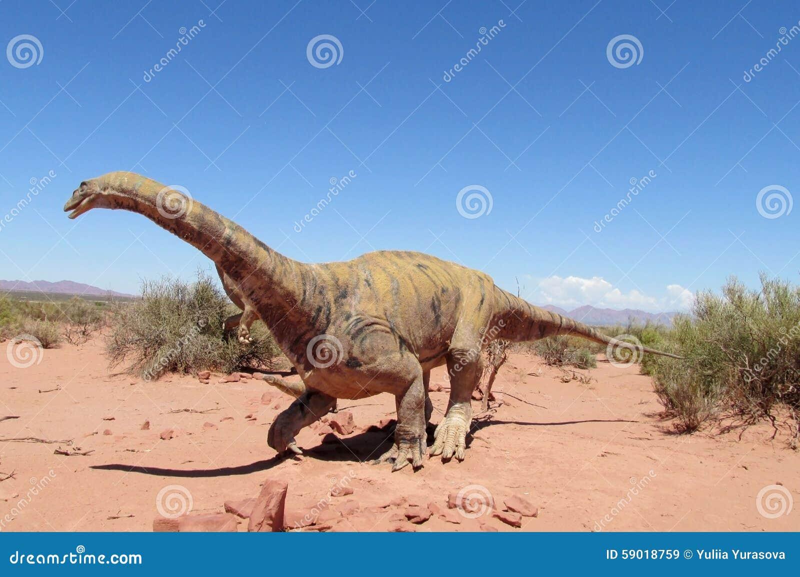 Modelo do dinossauro na areia