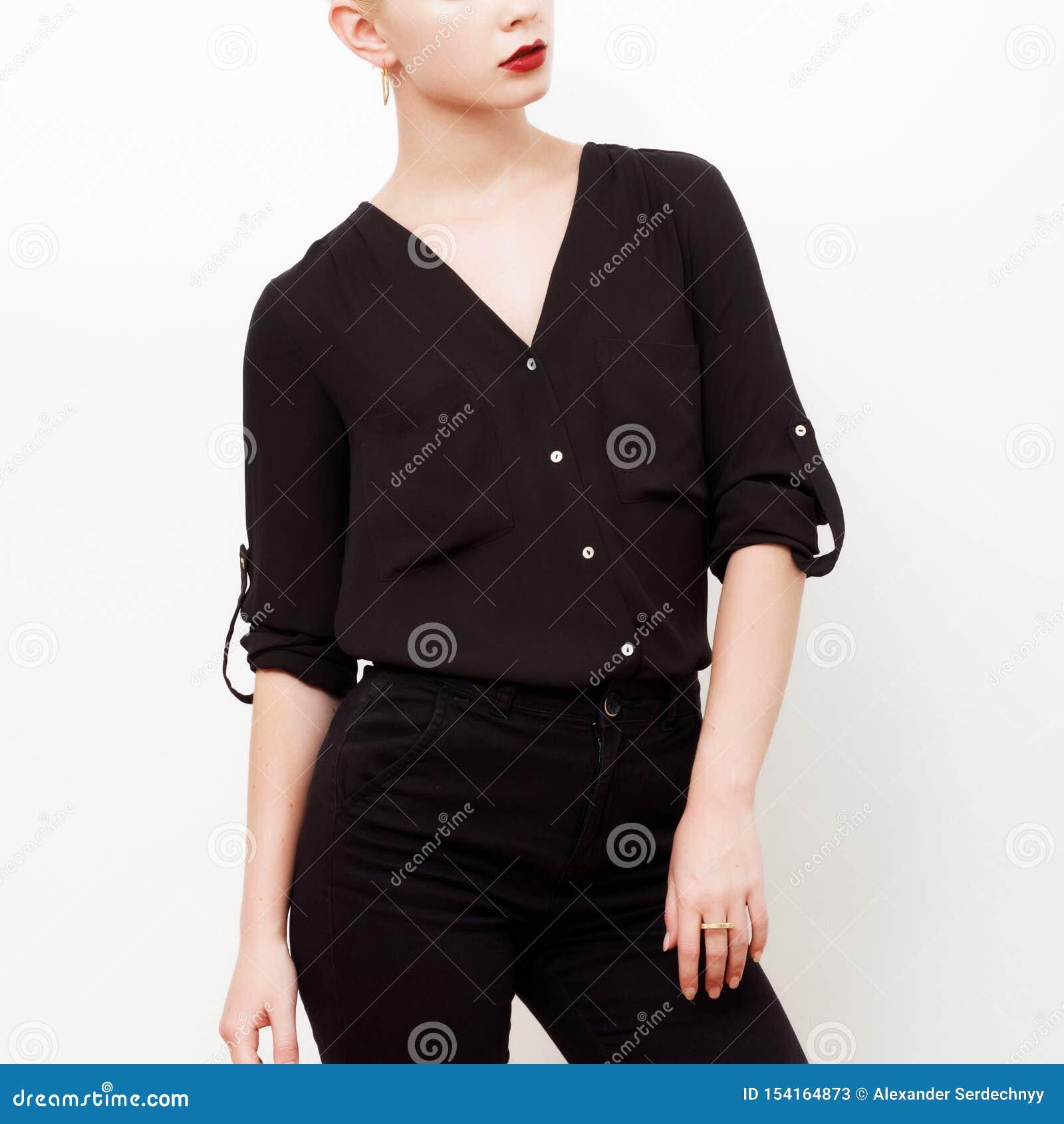 Modelo do moderno swag Estilo m?nimo Encanto do vintage Modelo elegante em uma camisa de seda na moda e em umas calças pretas equ