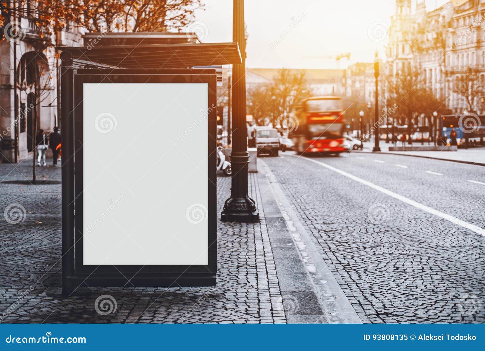 Modelo do quadro de avisos na parada do ônibus da cidade em Portugal