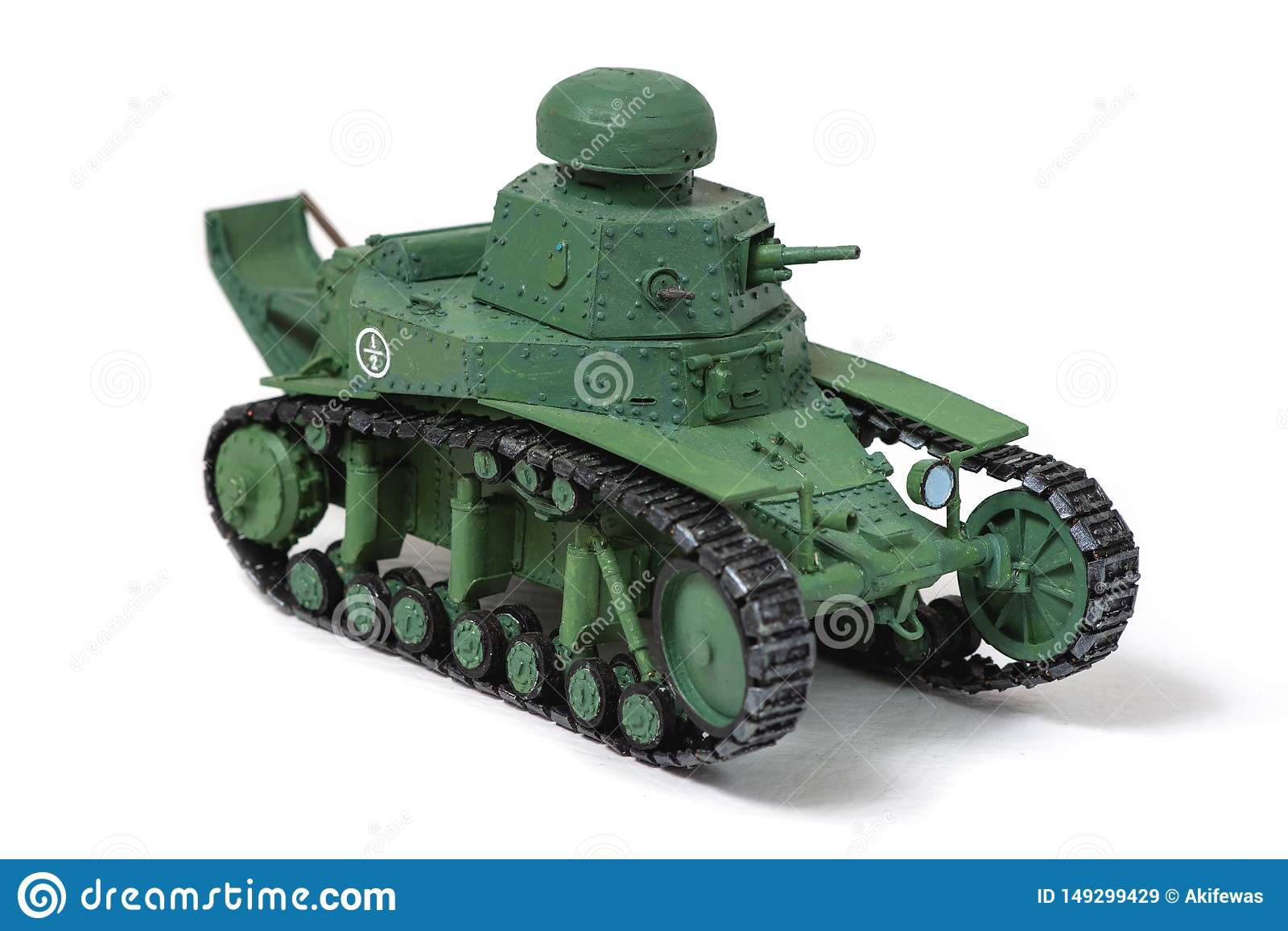 Modelo do tanque sovi?tico velho do papel em um fundo branco Olho esquerdo O conceito do trabalho manual, passatempos