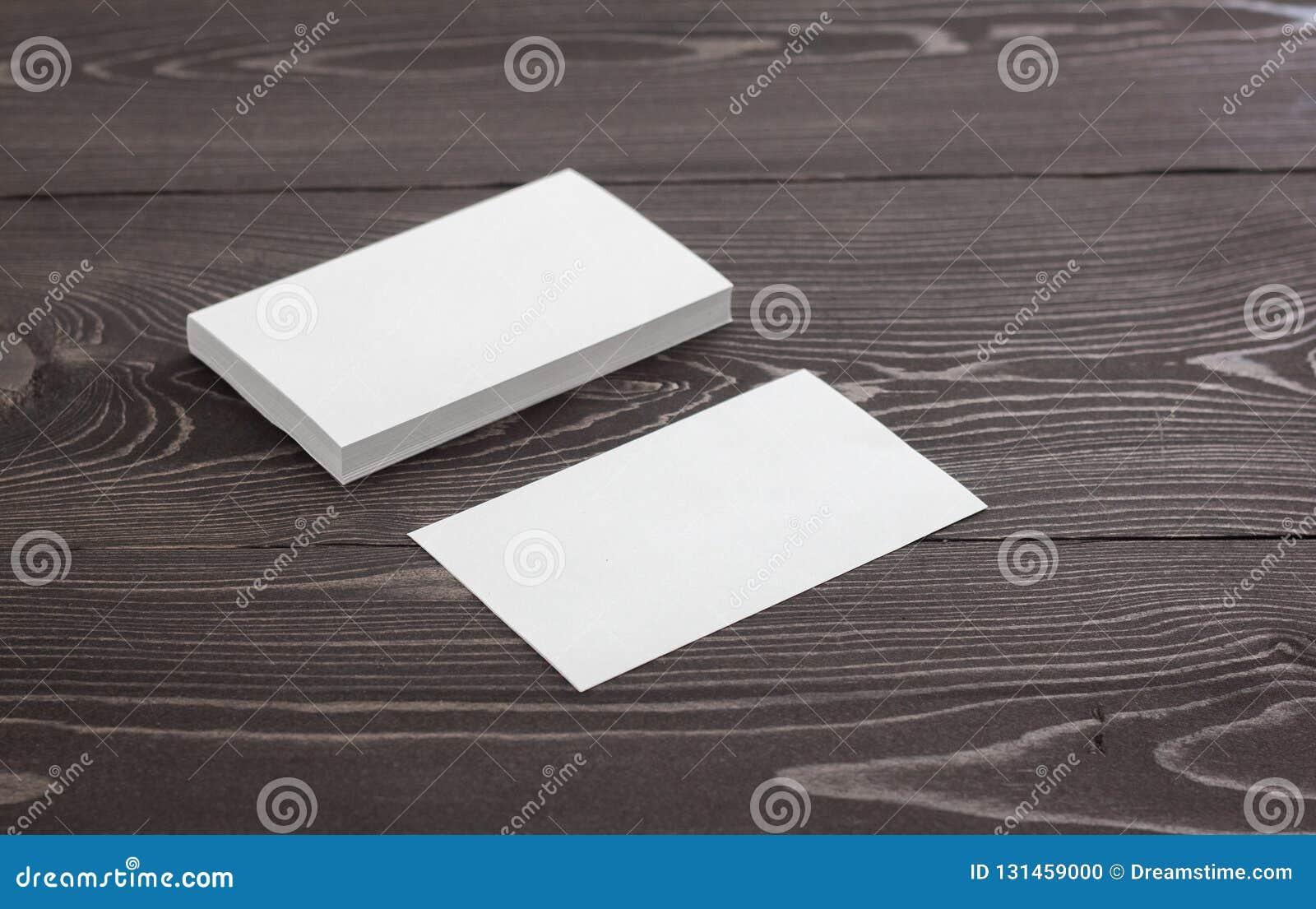 Modelo dos cartões em um fundo de madeira escuro Molde para a identidade de marcagem com ferro quente
